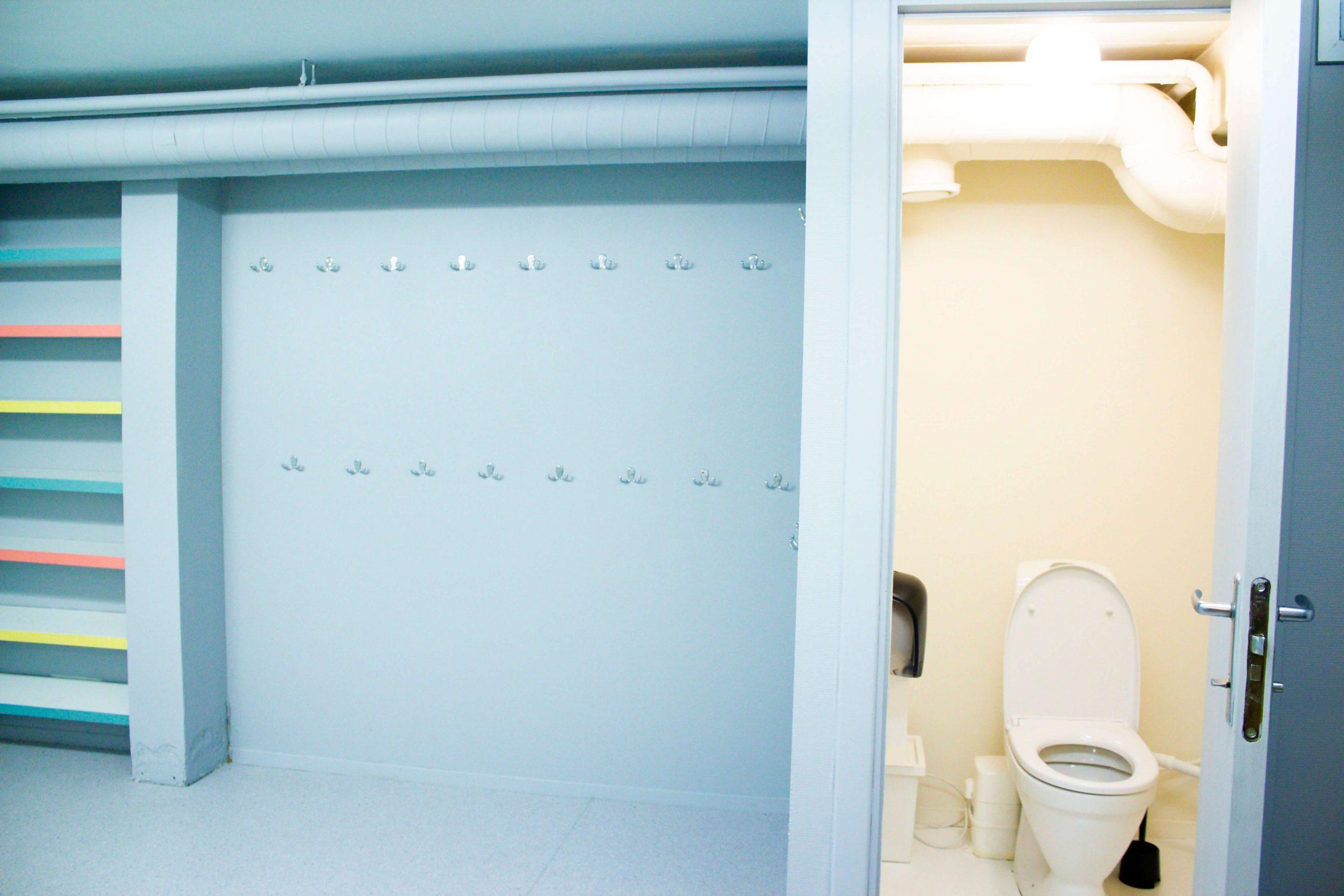 Ett av to toaletter nede